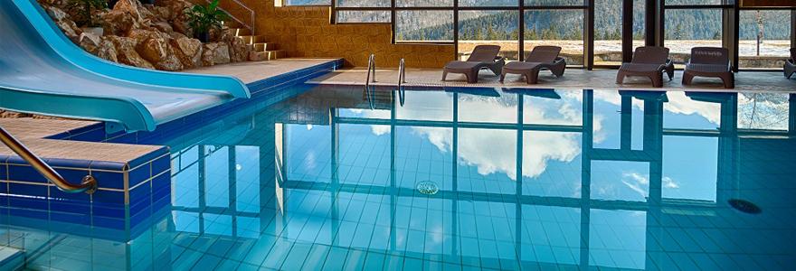 une piscine d'intérieur